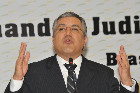 Ministro da saúde, Alexandre Padilha, discursando.