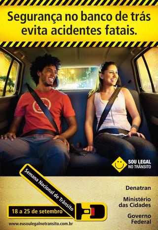 Pessoas com cinto de segurança no assento traseiro