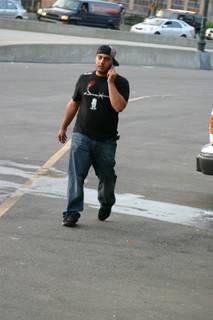 Homem falando ao celular.