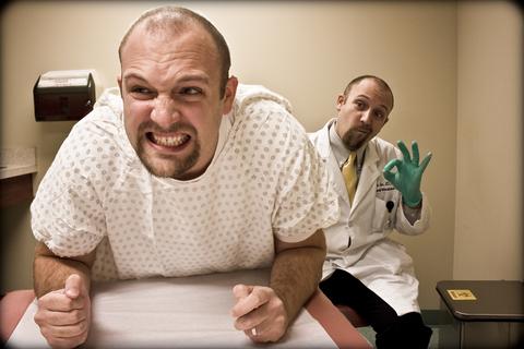Visão bem-humorada do exame da próstata pelo toque retal.