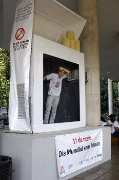 Homem numa caixa de cigarro