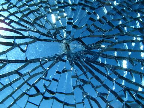 Fotografia de vidro quebrado contra o sol