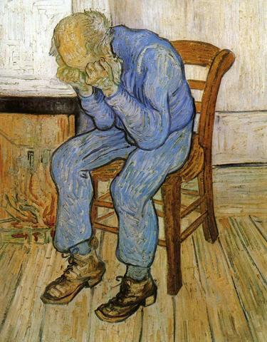 Homem idoso lamentando desesperadamente