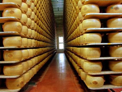 Dezenas de milhares de unidades de queijo parmesão, estocados na fábrica em Modena.